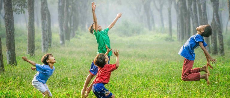 Kinder Glückseligkeit Glück Gras Spiel