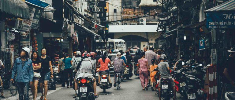 Geschäftig Straße Menschen Roller Fahrräder Häuser