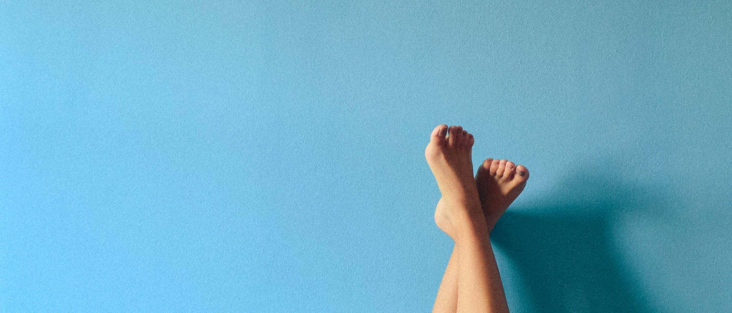 Füße blau