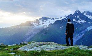 Berge Alpen Mensch Gras Schnee